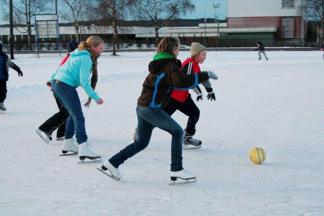 Skøytedag: Skøyte-ball på isen for elever på Bergenhus skole i 2010.