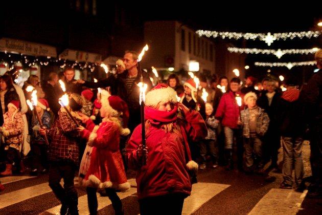 Julegateåpning 2009: Smånissene i fakkeltog.