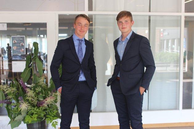 Fornøyde gutter: (Fra venstre) Filip Rørvig og Mathias Levernes er fornøyde med ti års grunnskole overstått.