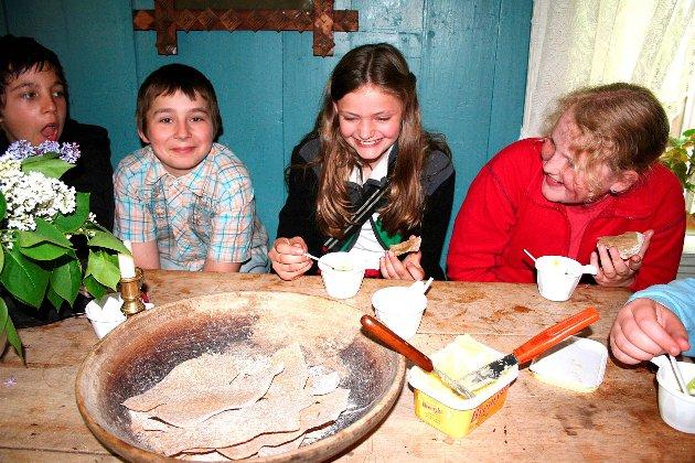 Bygdetunet: En smak av tradisjonsmat fikk disse ungdommene til å smile godt i 2007.