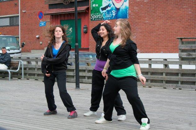 2009: Jenter fra 9.klasse  danset som oppvarming på Gla'joggen.