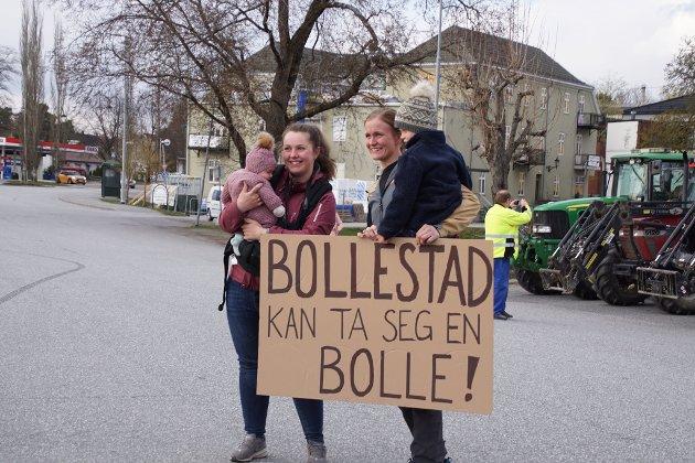 Aksjon: Bønder fra hele Rakkestad valgte i går kveld å demonstrere i sentrum for å vise sin misnøye over årets jordbruksoppgjør.