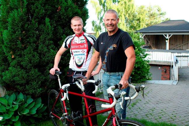SPREKE: Det var Bjørn Finstad (t.h) som etter å ha fullført fjorårets Styrkeprøven, spurte sønnen Oddbjørn om de skulle sykle rittet sammen også neste år - bare denne gang på tandemsykkel. Sønnen ga tommel opp, og i 2011 bekjempet de strekningen Oslo - Trondheim.