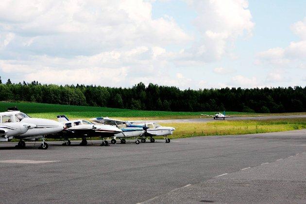 For langt: På grunn av reiseavstanden kan ikke Rakkestad flyplass bli hovedkomponenten i en løsning for hovedstadens flymiljø etter 2023, skriver ledere av flyveklubber i Oslo-området.
