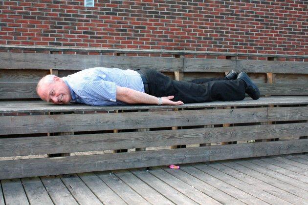 Tok utfordringen: Olav Grefslie stilte opp på sommerpraten i 2011. Årets sommerprat-utfordring var å planke, en handling der personen legger seg på magen på besynderlige steder. Den daværende butikkinnehaveren tok sporty utfordringen og valgte Myhrvolds plass.