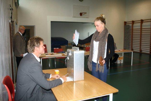 2011: Bjørn Erik Studsrud ser til at Anna Kraugerud slipper stemmeseddelen der hun skal.