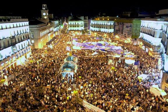 Bildet er hentet fra en av de største demonstrasjonene i Madrid de siste årene - på Puerta del Sol i mai 2011. Demonstrasjonene pågår fortsatt flere steder i Spania, og med bakgrunn i blant annet den økonomiske krisen i landet har demonstrantene krevd endringer i spansk politikk.