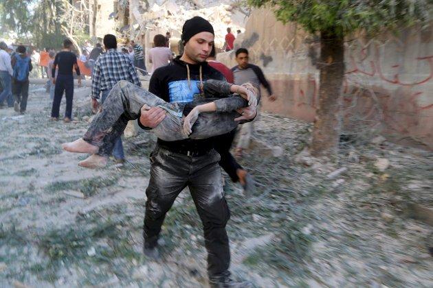 Flyktningestrømmen fra Syria er stor. Her bæres en skadd gutt gjennom gatene i Aleppo. Foto REUTERS/Hosam Katan