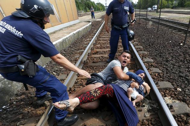 FLYKTER: Strømmen av flyktninger til Europa gir land som Norge utfordringer. Hvor mange flyktninger skal vi ta i mot? Skal vi hjelpe flyktningene der de er?  Foto: REUTERS/Laszlo Balogh
