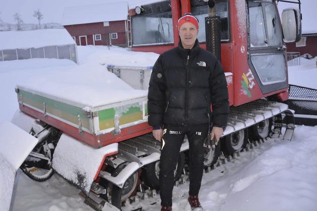 MASKIN: Thor Inge Kristensen med tråkkemaskinen som han ikke får brukt. Reineierne vil ikke ha flere løyper i området og Kristensen forstår ikke at denne saktegående maskinen kan forstyrre reindrifta i området. Foto: Viktor Leeds Høgseth