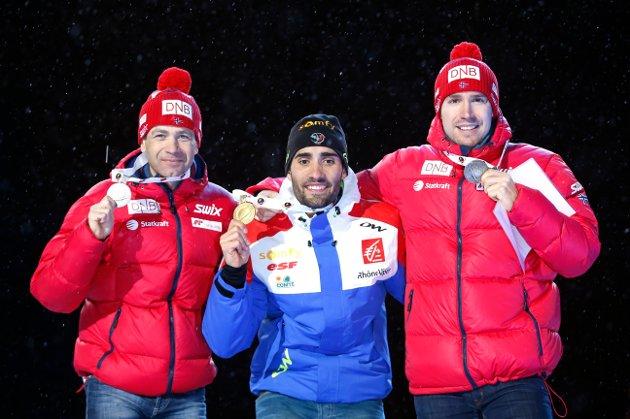 Ole Einar Bjørndalen (t.v.) på pallen etter sølv på jaktstarten søndag. Vinner Martin Fourcade og til høyre bronsevinner Emil Hegle Svendsen.