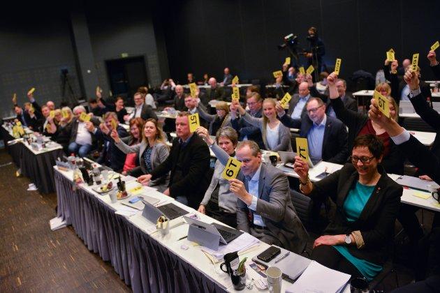 FLERTALL: 35 av representantene i fylkestinget stemte for fylkesrådets innstilling i flyplassaken. Ni stemte ikke for forslaget.