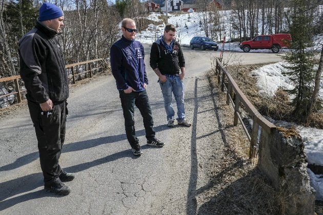 KOMMUNAL brO: Broen i Ildgruben er i dårlig forfatning. Når kommunen nå senker aksellastgrensen for kjøretøyer fra åtte til fire tonn, gjør det Dan Rene Hanssen (t.v.), Åge Nymo, Jørn Johansen og resten av beboerne overfor broa sterkt bekymret for brannberedskapen. Foto: Øyvind BRATT