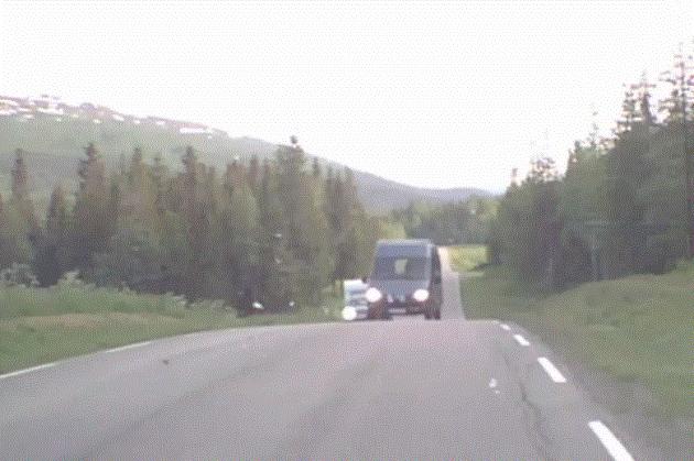 Sjåføren av denne bilen kjører forbi en campingvogn over en bakketopp. I mot kom journalist Gøran O. Pedersen i fjor sommer. Det er mange som opplever det samme, og for mange går det skikkelig ille. (bildet er fra videokamera i bil).