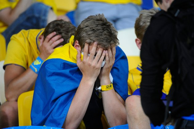 Svenske supportere fortviler etter tap mot England i gruppespillet i 2012.