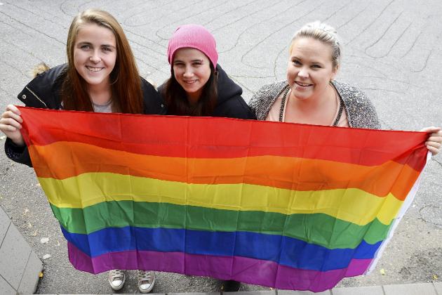 Celina Leonore Andreassen, Mariell Andreassen Einmo og Nadia Svan Broks har tatt initiativ til Pride på Mo i 2017.  Foto: Ann Kristin Kjærnli