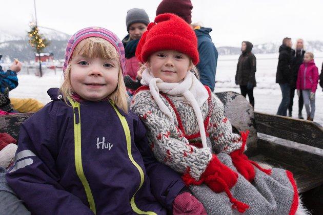 Olivia Magnussen og Frida Sofie Derås syns det er gøy å kjøre slede. Fra Jul på Berget 2017.