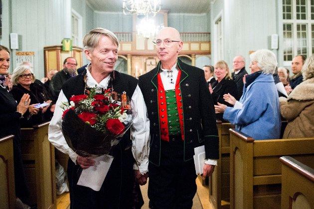 Kjell Frølich Benjaminsen og Erik Skjelnæs gifter seg som det første homofile paret i en norsk kirke. Vigselen fant sted i Eidskog kirke ved midnatt 1. februar 2017. Sokneprest Bettina Eckbo viet paret. POOL Foto: Fredrik Varfjell / NTB scanpix