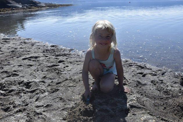 Glad i å bade: Annabelle Josefine Hansteen trives godt på stranda.