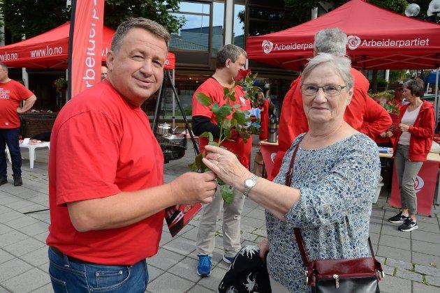 Ved forrige valg kom stortingsplassen etter opptellingen i Rana for Kjell-Idar Juvik. Han delte ut roser i gågata og håpet på ny stemmefangst.  Her får Aud Yttervik sin rose.