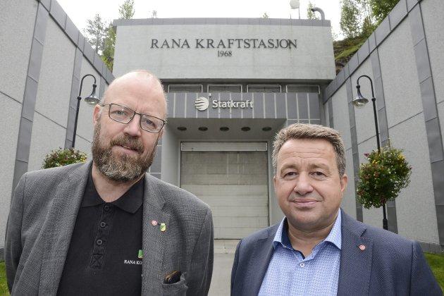 Stortingsrepresentant Kjell-Idar Juvik (Ap) mener det er feil at staten tar til seg større kraftinntekter, som kommunene skulle krevd inn som eiendomsskatt.  Her med ordfører Geir Waage. Arkivfoto.