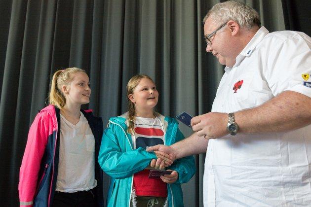 Kurt-Ove Thomassen delte ut pris til sølvvinnerne i barne- og ungdomsturneringa, Signe og Miranda.