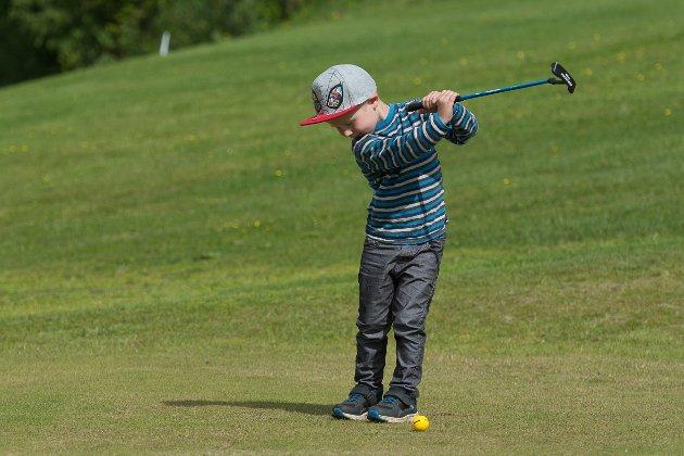 Casper Hagh (4) i fint driv på puttekonkurranse for barna på åpen dag på golfbanen.