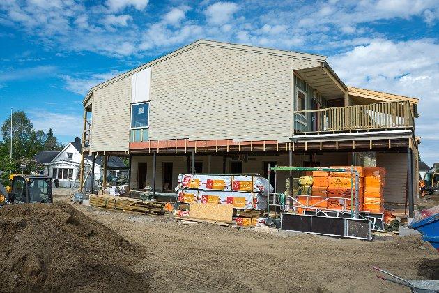 Hovedentreprenør Consto Helgeland og prosjekteier Comfort Building har bestemt at leilighetskomplekset skal males i en beskjeden farge for å unngå at huset blir en stor, skrikende koloss.