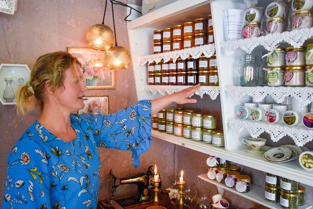 I gårdsbutikken finnes både marmelader, urtesalt, salver, te og annet du kan putte på boks. Elin Martine Fagerviks favoritt er ringblomstsalven.