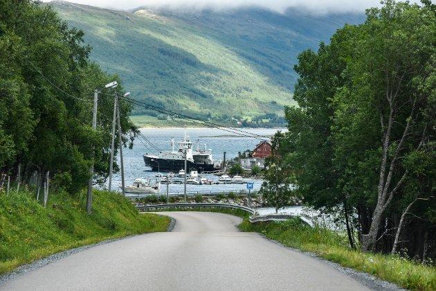 Distriktene får mindre penger gjennom overføringer til fylkeskommunene, skriver Bjørnar Skjæran i leserbrevet. Illustrasjonsbildet er ferga ved Vikholmen i Nesna.