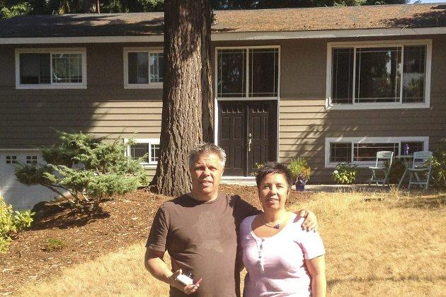 Søskenparet Alfsvåg foran huset det trodde var deres hjem i Seattle, men som viste seg å være nabohuset.