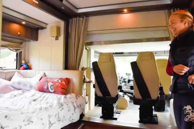 Lastebilen fungerer som både klasserom og overnattingssted.