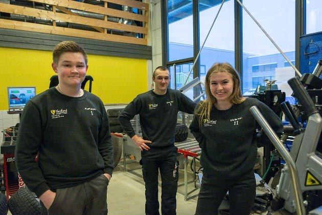 f.v. Thomas Tanberg Arnes (17), Matias Christensen (18), Betina Solvang Johansen (17) på Polarsirkelen videregående skole, bilfag, skal ut i lære neste år.