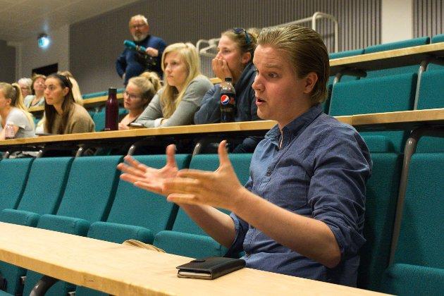 """Johannes Heiskanen, andreårsstudent på GLU 5.-10., stilte spørsmål om hvordan den nye studiestedsstrukturen tar hensyn til """"Nærhet"""", et av Nords fire verdiord."""