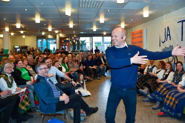 Senterpartileder Trygve Slagsvold Vedum brukte humor i sitt innlegg. Her viser han forskjellen mellom nordlendinger og hedmarkinger.