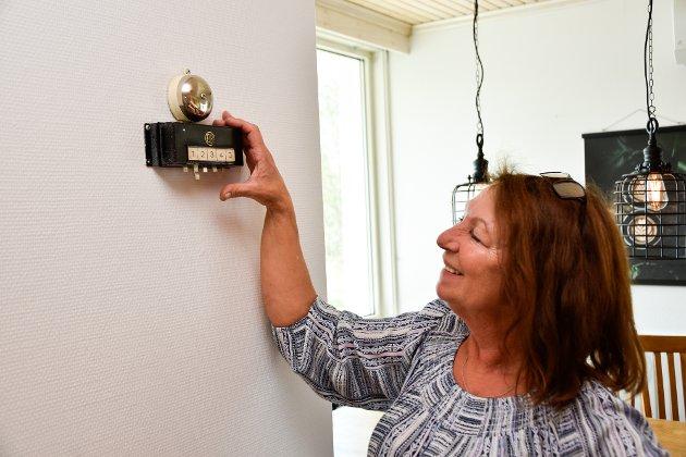 Knapper var montert i flere rom, blant annet spisestua, stua og hovedsoverommet i andreetasjen. På den måten kunne husfolket varsle hushjelpen dersom hun var ønsket et sted.  Marina Lill Halsen viser fram alarmsystemet på kjøkkenet.