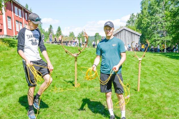 Stennesdagen 2019: Axel Rundhaug og Adrian Trones står klare til å ta imot alle som vil prøve å kaste lasso.