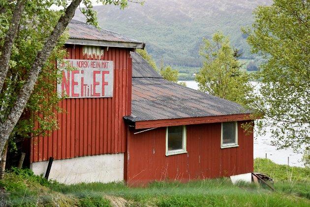 En folkeavstemning i 1972 endte med nei til EF-medlemskap.  I 1994 sa folket nei til EU. Temaet var en het potet i sin tid, og denne veggen på Nesna bærer fremdeles spor avdet opprørende engasjementet i fedrelandet Norge.
