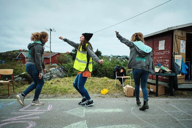 Dina Lisabet Paulsen, Bri England og Kennedy Wilson danser ved inngangen til festivalcampen. Trænafestivalen 2019 torsdag.