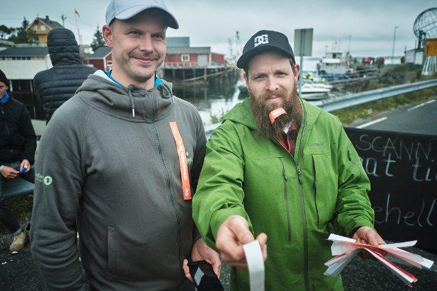 Bjørn Borkvik og Morten Willyson Bjørnadal deler ut band til dem som skal til Sanna for å høre Ingeborg Oktobers konsert i Kirkhellern under Trænafestivalen 2019 lørdag.