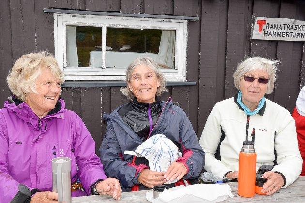 Venninnene Anne Bakken, Randi Bernersen og Vigdis Nygaard tok turen til Hammartjønna. Her koser de seg med en kopp kaffe.