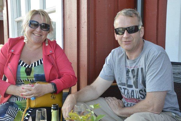 Nina Rødal Riis og Bjørn Arne Riis koste seg i sola. De forteller at konserten med Anna Anita dagen før var helt fantastisk.