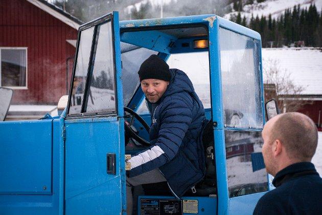 Åsmund Berge gjorde ikke annet enn å smile da B&Y IL Ishockey fikk levert sin nye ismaskin.