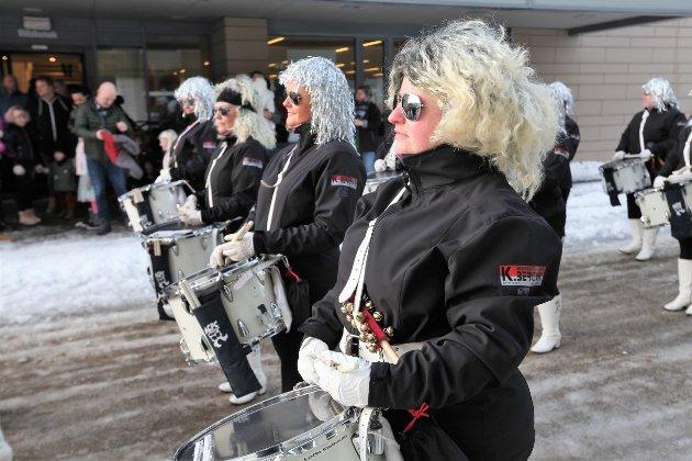 """Årets Vinterlysfestivaltog. Gruben musikkorps og """"Trommetøtten"""" sto for musikken."""