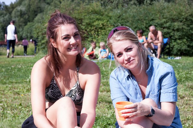 Anette Arntzen og Lisa Mailen Leirånes nyter solen mens barna bader.