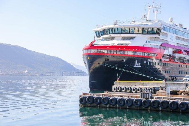 MS Roald Amundsen ved kai i Tromsø.