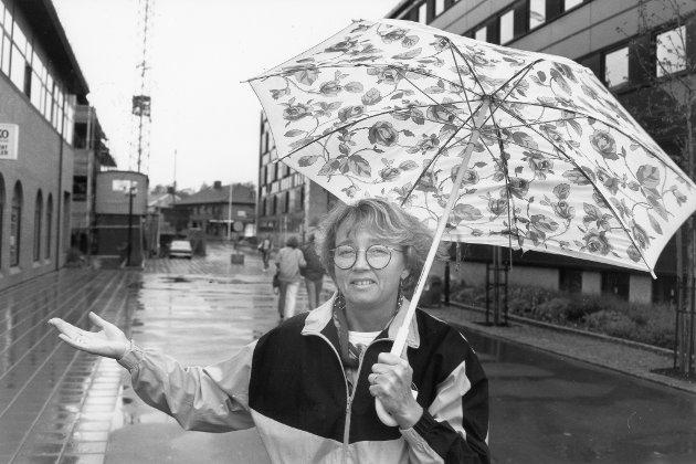Turnsportens dag, Mo i Rana, 1991. Paraply er standard utrustning for turnerne i Rana når den tradisjonsrike Tursportens dag arrangeres. Grethe Pettersen, leder i turngruppa i Stålkam., kan i hvertfall ikke huske siste Tursportens dag var uten regn.