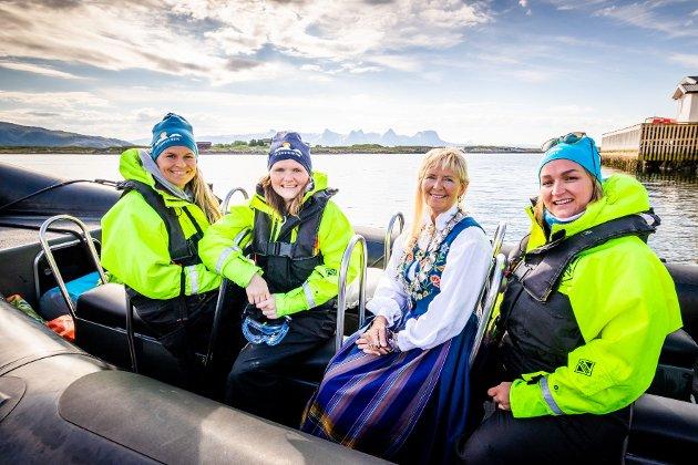 Lillian Mehus (t.v.), Jenny Myklebust og Kathrine Øynes Disington Johnsen fra Folkeaksjonen traff Herøy-ordfører Elbjørg Larsen (Ap) i ribben.
