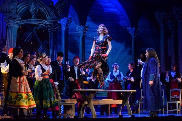 Årets Ringsakeropera i Teatersalen er to svært fargerike og dramatiske forestillinger. Her med Marit Askvig i rollen som Lola,  Fristerinnen i Cavalleria Rusticana. Turiddu som spilles av kristian Krokslett (til høyre) lar seg friste av Lola. Det går virkelig ikke så bra.