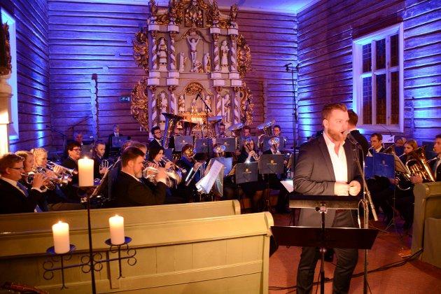 Gaute Lein Ausrød og Brøttum Brass publikum i Brøttum Kirke god julestemning.